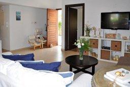 Гостиная. Кипр, Менеу : Современная вилла с зеленым двориком и патио, в 45 метрах от пляжа, 3 спальни, 2 ванные комнаты, барбекю, парковка, Wi-Fi