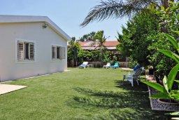 Фасад дома. Кипр, Менеу : Современная вилла с зеленым двориком и патио, в 45 метрах от пляжа, 3 спальни, 2 ванные комнаты, барбекю, парковка, Wi-Fi