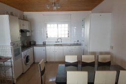 Кухня. Кипр, Менеу : Прекрасная пляжная вилла с зеленым двориком и большой террасой с видом на море, 3 спальни, парковка, Wi-Fi