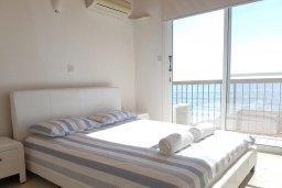 Спальня 2. Кипр, Менеу : Прекрасная пляжная вилла с зеленым двориком и большой террасой с видом на море, 3 спальни, парковка, Wi-Fi