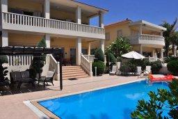 Фасад дома. Кипр, Декелия - Ороклини : Роскошная пляжная вилла в Ларнаке с бассейном и двориком с барбекю, 5 спален, 5 ванных комнат, парковка, Wi-Fi
