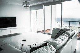 Гостиная. Кипр, Декелия - Пила : Роскошная пляжная вилла с бассейном и террасой с шикарным видом на море, 4 спальни, патио, джакузи, парковка, Wi-Fi