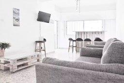 Гостиная. Кипр, Ларнака город : Современный апартамент в 10 минутах ходьбы от центральной набережной, с гостиной,  тремя спальнями и балконом
