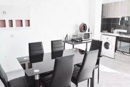 Обеденная зона. Кипр, Ларнака город : Современный апартамент в 10 минутах ходьбы от центральной набережной, с гостиной,  тремя спальнями и балконом