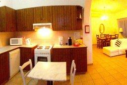 Кухня. Кипр, Ионион - Айя Текла : Прекрасная вилла с бассейном напротив пляжа и с видом на море, 3 спальни, 2 ванные комнаты, парковка, Wi-Fi