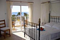 Спальня. Кипр, Ионион - Айя Текла : Прекрасная вилла с бассейном напротив пляжа, 3 спальни, 2 ванные комнаты, парковка, Wi-Fi