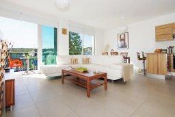 Гостиная. Кипр, Фиг Три Бэй Протарас : Апартамент в 100 метрах от пляжа, с двумя спальнями, двумя ванными комнатами и балконом, в комплексе с бассейном, тренажерным залом и теннисным кортом