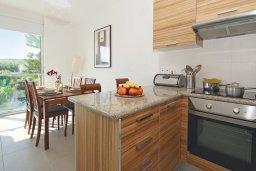 Кухня. Кипр, Фиг Три Бэй Протарас : Апартамент в 100 метрах от пляжа, с двумя спальнями, двумя ванными комнатами и балконом, в комплексе с бассейном, тренажерным залом и теннисным кортом