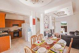 Обеденная зона. Кипр, Ионион - Айя Текла : Роскошная вилла с бассейном и просторным двориком, 2 спальни, барбекю, парковка, Wi-Fi