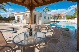 Обеденная зона. Кипр, Ионион - Айя Текла : Просторная вилла с бассейном и большим двором с обеденной зоной и барбекю, 2 спальни, парковка, Wi-Fi