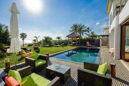 Патио. Кипр, Ионион - Айя Текла : Роскошная вилла с бассейном, патио и зеленой лужайкой, 50 метров до пляжа, 3 спальни, 3 ванные комнаты, барбекю, парковка, Wi-Fi