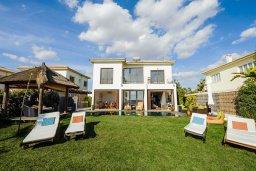 Фасад дома. Кипр, Ионион - Айя Текла : Роскошная вилла с бассейном, патио и зеленой лужайкой, 50 метров до пляжа, 3 спальни, 3 ванные комнаты, барбекю, парковка, Wi-Fi