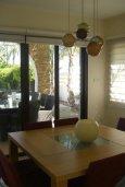 Обеденная зона. Кипр, Ионион - Айя Текла : Роскошная пляжная вилла с бассейном и зеленым двориком, 4 спальни, 4 ванные комнаты, парковка, Wi-Fi