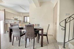 Обеденная зона. Кипр, Ионион - Айя Текла : Современная вилла с бассейном и двориком с барбекю, 100 метров до пляжа, 3 спальни, 2 ванные комнаты, парковка, Wi-Fi