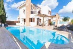 Фасад дома. Кипр, Ионион - Айя Текла : Современная вилла с бассейном и двориком с барбекю, 100 метров до пляжа, 3 спальни, 2 ванные комнаты, парковка, Wi-Fi