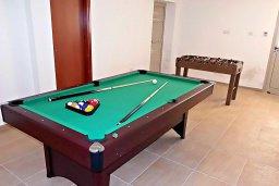 Развлечения и отдых на вилле. Кипр, Аргака : Прекрасная вилла с бассейном и джакузи, 100 метров до пляжа, 3 спальни, 2 ванные комнаты, игровая комната, патио, барбекю, парковка, Wi-Fi