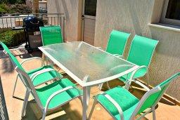 Обеденная зона. Кипр, Аргака : Прекрасная вилла с бассейном и джакузи, 100 метров до пляжа, 3 спальни, 2 ванные комнаты, игровая комната, патио, барбекю, парковка, Wi-Fi