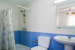 Ванная комната. Кипр, Центр Лимассола : Прекрасный таунхаус в комплексе с двумя бассейнами, 2 спальни, 2 ванные комнаты, парковка, Wi-Fi