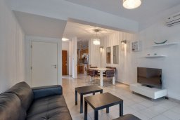 Гостиная. Кипр, Центр Лимассола : Прекрасный таунхаус в комплексе с двумя бассейнами, 2 спальни, 2 ванные комнаты, парковка, Wi-Fi