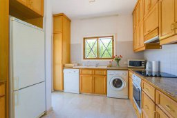 Кухня. Кипр, Пиргос : Прекрасная вилла с бассейном в 100 метрах от пляжа, 3 спальни, 2 ванные комнаты, парковка, Wi-Fi