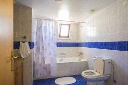 Ванная комната. Кипр, Пиргос : Прекрасная вилла с бассейном в 100 метрах от пляжа, 3 спальни, 2 ванные комнаты, парковка, Wi-Fi
