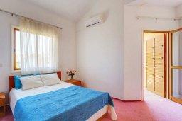Спальня. Кипр, Пиргос : Прекрасная вилла с бассейном в 100 метрах от пляжа, 3 спальни, 2 ванные комнаты, парковка, Wi-Fi