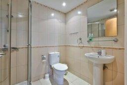 Ванная комната. Кипр, Центр Лимассола : Прекрасный таунхаус в роскошном комплексе с двумя бассейнами и детской площадкой, 3 спальни, 2 ванные комнаты, парковка, Wi-Fi