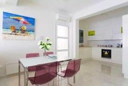 Кухня. Кипр, Пареклисия : Современная вилла с бассейном и зеленым двориком в престижном комплексе, 4 спальни, 2 ванные комнаты, парковка, Wi-Fi