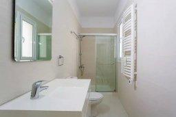 Ванная комната. Кипр, Пареклисия : Современная вилла с бассейном и зеленым двориком в престижном комплексе, 4 спальни, 2 ванные комнаты, парковка, Wi-Fi