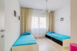 Спальня 2. Кипр, Пареклисия : Современная вилла с бассейном и зеленым двориком в престижном комплексе, 4 спальни, 2 ванные комнаты, парковка, Wi-Fi