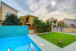 Территория. Кипр, Пареклисия : Современная вилла с бассейном и зеленым двориком в престижном комплексе, 4 спальни, 2 ванные комнаты, парковка, Wi-Fi