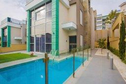 Фасад дома. Кипр, Пареклисия : Современная вилла с бассейном и зеленым двориком в престижном комплексе, 4 спальни, 2 ванные комнаты, парковка, Wi-Fi