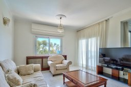 Гостиная. Кипр, Айос Тихонас Лимассол : Роскошный апартамент в комплексе с бассейном, 50 метров до пляжа, просторная гостиная, 3 спальни, 3 ванные комнаты, большая терраса с патио и видом на море