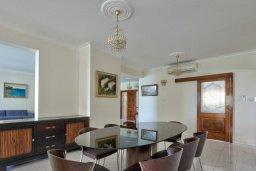 Обеденная зона. Кипр, Айос Тихонас Лимассол : Роскошный апартамент в комплексе с бассейном, 50 метров до пляжа, просторная гостиная, 3 спальни, 3 ванные комнаты, большая терраса с патио и видом на море