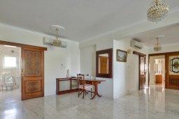 Коридор. Кипр, Айос Тихонас Лимассол : Роскошный апартамент в комплексе с бассейном, 50 метров до пляжа, просторная гостиная, 3 спальни, 3 ванные комнаты, большая терраса с патио и видом на море