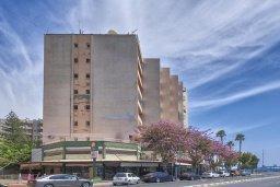 Фасад дома. Кипр, Центр Лимассола : Прекрасный апартамент в 100 метра от пляжа, гостиная, отдельная спальня, большой балкон с видом на море