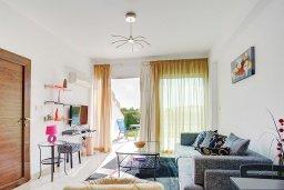 Гостиная. Кипр, Центр Лимассола : Современный апартамент в комплексе с большим бассейном, гостиная, отдельная спальня и терраса