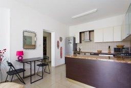 Кухня. Кипр, Центр Лимассола : Современный апартамент в комплексе с большим бассейном, гостиная, отдельная спальня и терраса