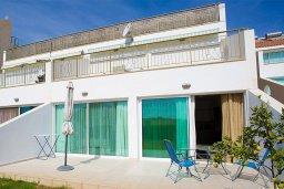 Терраса. Кипр, Центр Лимассола : Современный апартамент в комплексе с большим бассейном, гостиная, отдельная спальня и терраса