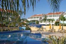 Бассейн. Кипр, Центр Лимассола : Современный апартамент в комплексе с большим бассейном, гостиная, отдельная спальня и терраса