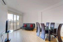 Гостиная. Кипр, Центр Лимассола : Современный апартамент в комплексе с бассейном, 20 метров до пляжа, гостиная, отдельная спальня и балкон с боковым видом на море