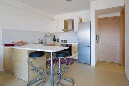 Кухня. Кипр, Центр Лимассола : Современный апартамент в комплексе с бассейном, 20 метров до пляжа, гостиная, отдельная спальня и балкон с боковым видом на море