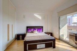 Спальня. Кипр, Центр Лимассола : Современный апартамент в комплексе с бассейном, 20 метров до пляжа, гостиная, отдельная спальня и балкон с боковым видом на море
