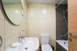 Ванная комната. Кипр, Центр Лимассола : Современный апартамент в комплексе с бассейном, 20 метров до пляжа, гостиная, отдельная спальня и балкон с боковым видом на море