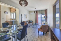 Гостиная. Кипр, Айос Тихонас Лимассол : Современный апартамент недалеко от пляжа, с гостиной, отдельной спальней и балконом