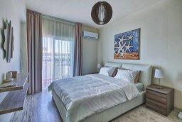 Спальня. Кипр, Айос Тихонас Лимассол : Современный апартамент недалеко от пляжа, с гостиной, отдельной спальней и балконом
