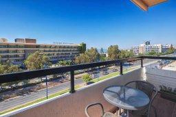 Балкон. Кипр, Айос Тихонас Лимассол : Современный апартамент недалеко от пляжа, с гостиной, отдельной спальней и балконом