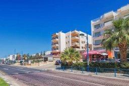 Фасад дома. Кипр, Айос Тихонас Лимассол : Современный апартамент недалеко от пляжа, с гостиной, отдельной спальней и балконом