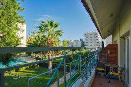 Балкон. Кипр, Центр Лимассола : Апартамент в комплексе с бассейном и теннисным кортом, с гостиной, отдельной спальней и балконом