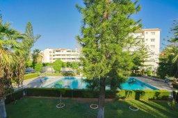 Вид. Кипр, Центр Лимассола : Апартамент в комплексе с бассейном и теннисным кортом, с гостиной, отдельной спальней и балконом
